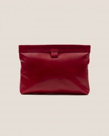 Clutch de cuero color rojo de Petty Things, modelo Marlen