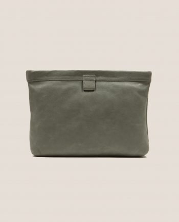 Clutch de cuero color salvia (verde oscuro) de Petty Things, modelo Marlen