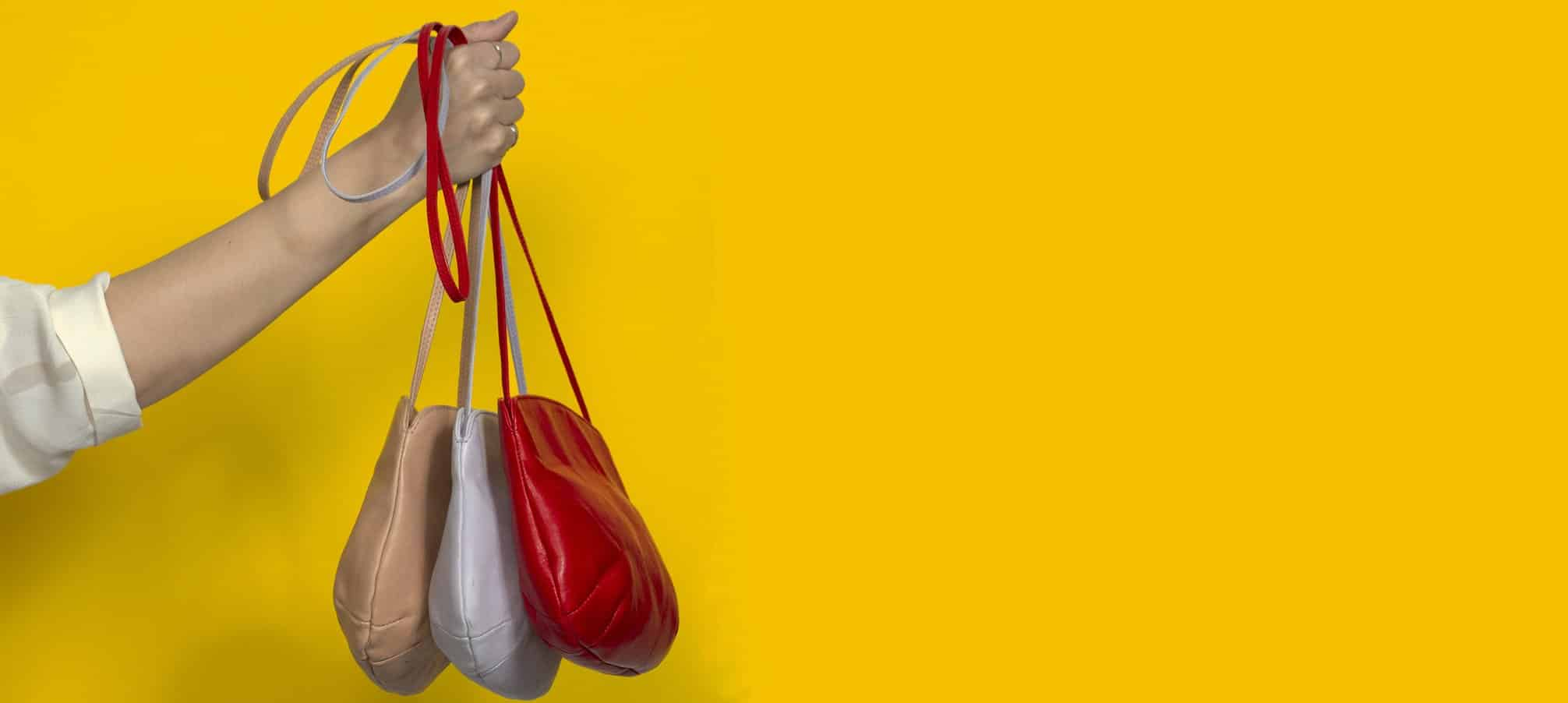 Tres bolsos de cuero bandolera, roda pálido, rojo y lila de Petty Things, colección verano 2019