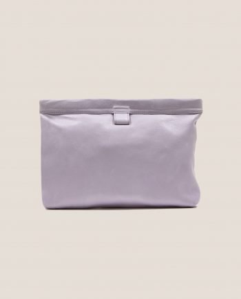 Clutch de cuero color lila de Petty Things, modelo Marlen
