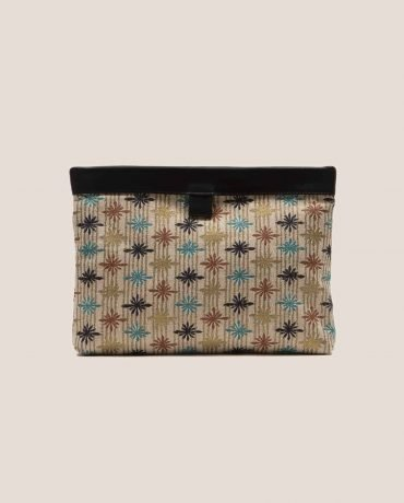 Clutch de cuero color negro con tela vintage barkcloth stars, Marlen stars, de Petty Things