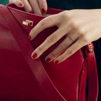 petty-things-clutchs-chloe-rojo-vegetal-leather-hands